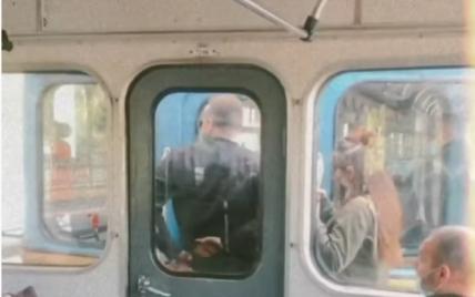 В метро Киева парень с девушкой устроили опасную фотосессию: появилось видео