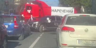 В Киеве заметили свадебный кортеж из красных грузовиков: видео