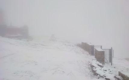 У Карпатах сніг з дощем, рвучкий вітер і туман: рятувальники закликають утриматись від походів у гори