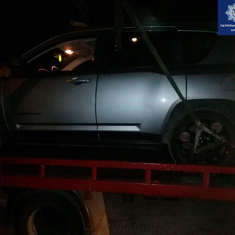 В Киеве пьяный водитель Jeep въехал в припаркованную Mazda