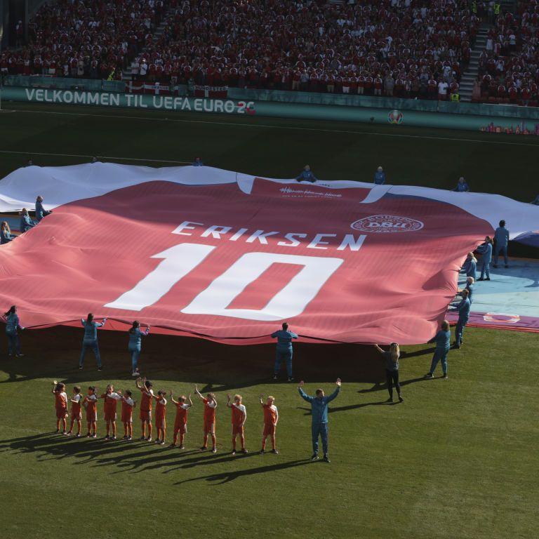 Матч Євро-2020 перервали, щоб підтримати футболіста, який на полі пережив зупинку серця