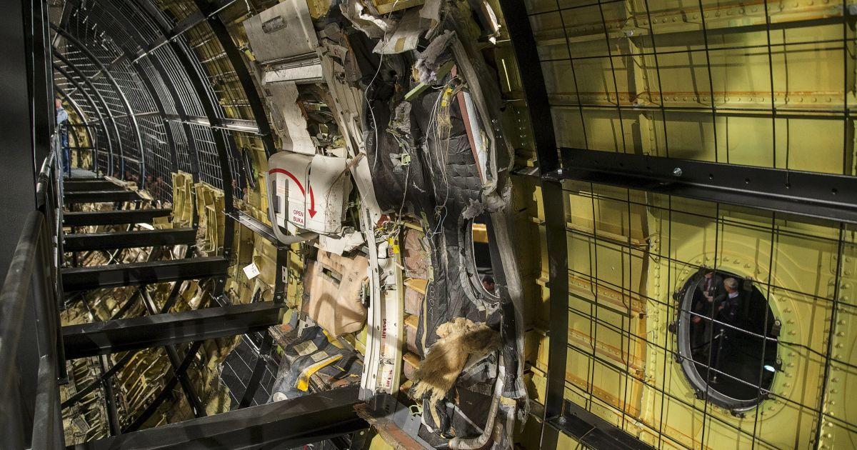 Эксперты восстановили часть самолета из обломков / © Getty Images