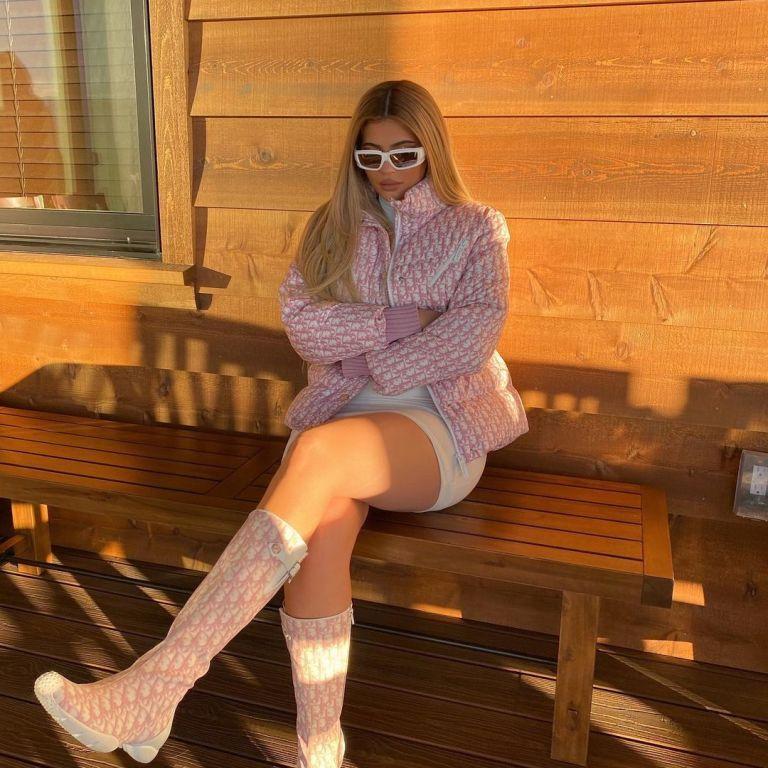 В рожевому аутфіті: Кайлі Дженнер показала, в чому проводить вихідні на озері