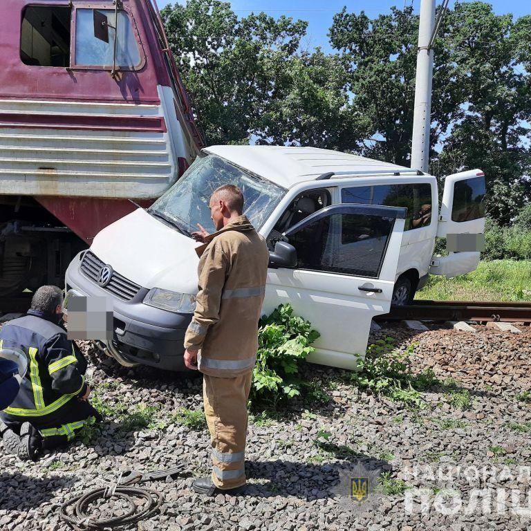Под Харьковом на железнодорожном переезде поезд столкнулся с микроавтобусом
