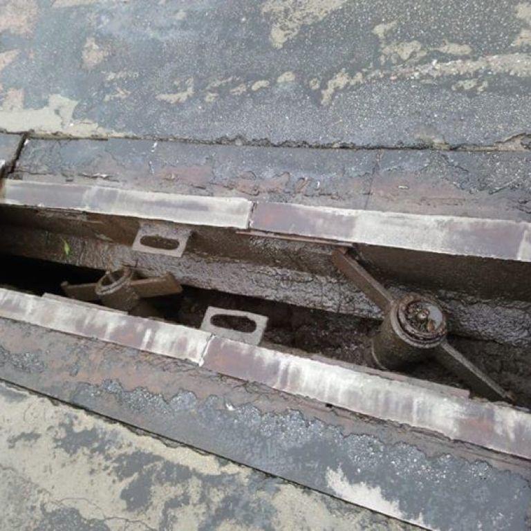 Чекаємо на затори: у Києві терміново ремонтують Південний міст