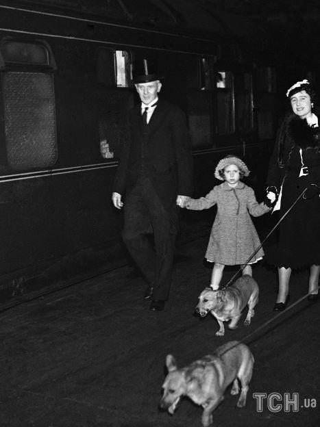 Принцесса Елизавета, ее сестра Маргарет и королева-мать Елизавета с собаками отправляются на отдых / © Associated Press