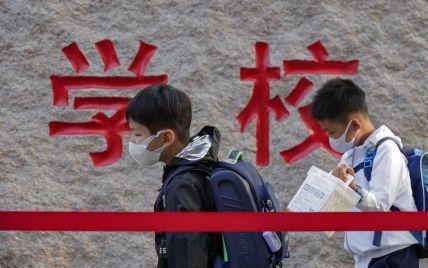В Китае микро-чипы вшили в одежду школьников: зачем