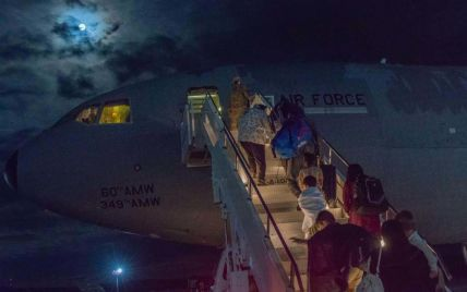Під час евакуації біженців з Афганістану народилося троє немовлят