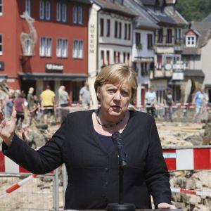 Кількість жертв внаслідок повені в Німеччині зросла, Меркель виступила з захистом системи попередження