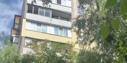 В Киеве пенсионерка бросала посуду и утюг в детей, которые играли под домом