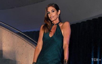 Невероятно красивая: Синди Кроуфорд позировала в изумрудном платье с эффектным разрезом