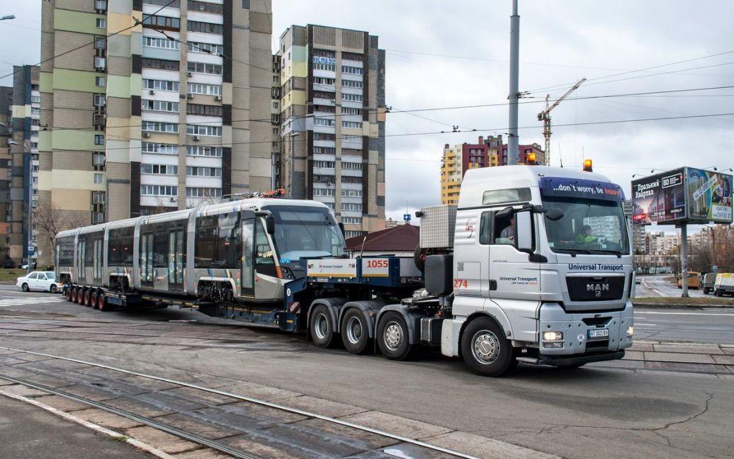 Современный львовский трамвай впервые проехался Киевом / © AllTransUA.com