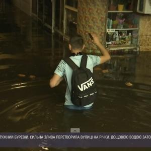 Київ перетворився на Венецію, люди плавали на сапбордах: як у столиці боряться із наслідками негоди