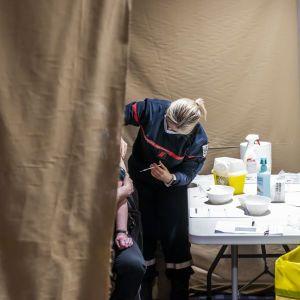 Вакцинация в мире: британцам предлагают третью прививку, а сербам — деньги