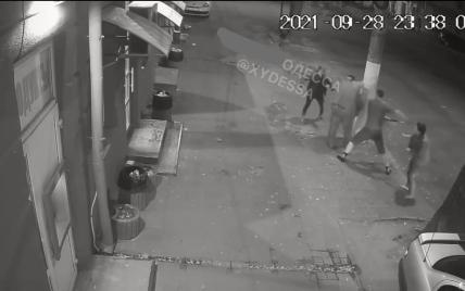 Забросали камнями и избили самокатом: в Одессе группа подростков напала на мужчину, который сделал им замечание (видео)