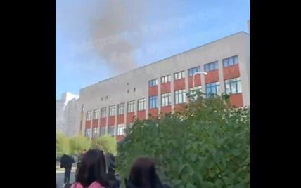 У Києві горить гімназія: дітей евакуюють (відео)
