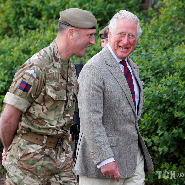 Вперше з усмішкою на обличчі: принц Чарльз з'явився на публіці після смерті батька