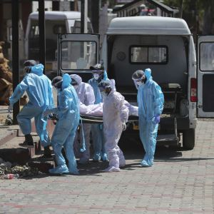 Смертність знову б'є рекорди: Індія потерпає від небаченого спалаху коронавірусу
