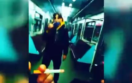 У Києві підлітки напідпитку курили у вагоні метро: з'явилося відео