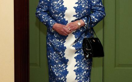В кружевном платье и с бокалом шампанского: 90-летняя королева Елизавета II вышла в свет