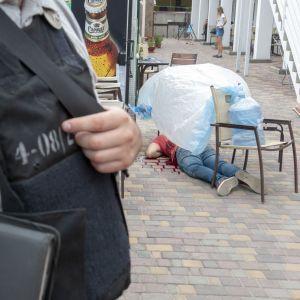 З'явилися фото з місця вбивства ветерана АТО на подвір'ї готелю в Бердянську