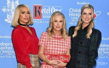 В эффектных мини и на каблуках: Пэрис, Ники и Кэти Хилтон появились на мероприятии в Голливуде