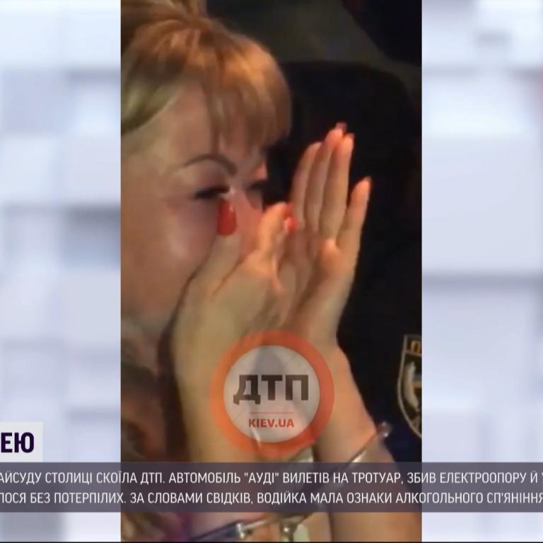 Судью, что протаранила электроопору и дерево в Киеве, не отстранили из-за ее больничного