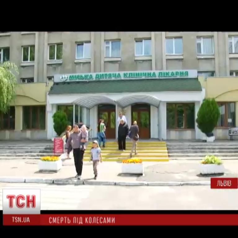 У Львові жінка під час паркування іномарки на смерть збила дворічну дитину