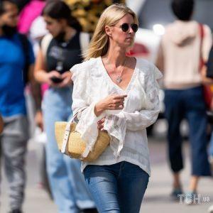 В кружевной рубашке и любимых скинни: Ники Хилтон под прицелом фотокамер