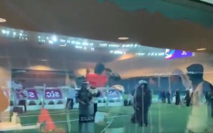 Скандал у Кувейті: володарі Кубка країни після виграного трофея почали качати на руках суддю (відео)