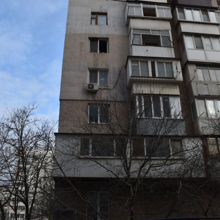 У Києві жінка випала з вікна багатоповерхівки і розбилася