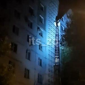"Вскарабкался по стене на 8 этаж: в Запорожье с дома спасатели снимали ""человека-паука"" (видео)"