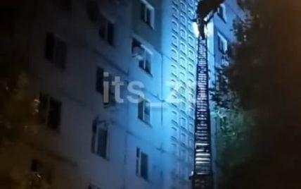 """Видряпався по стіні на 8 поверх: у Запоріжжі з будинку рятувальники знімали """"людину-павука"""" (відео)"""