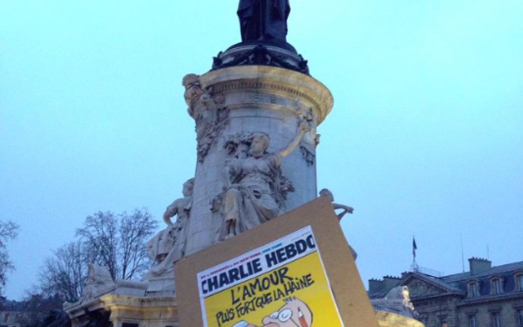 Парижани запалюють свічки та тримають у руках різноматні плакати / © Фото з соцмереж