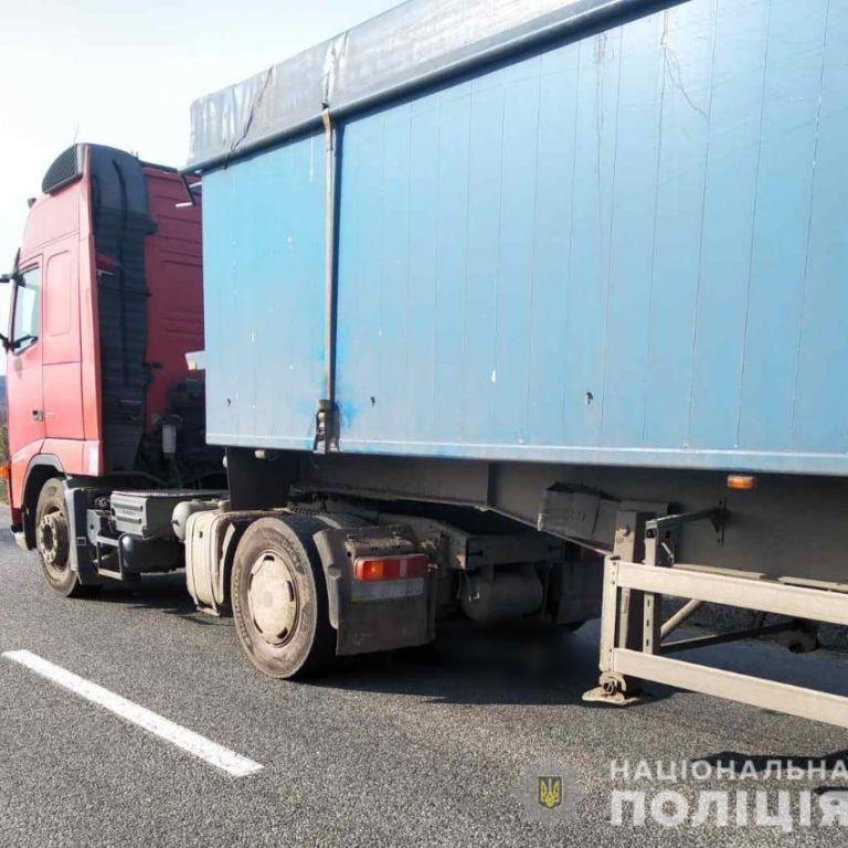 У Рівненській області від вантажівки під час руху відлетіло колесо та вбило 30-річного пішохода