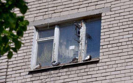 Родители оставили под наблюдением знакомых: в Харькове годовалая девочка выпала с третьего этажа