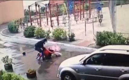 Камера зафиксировала, как средь бела дня в Киеве наглый грабитель напал на женщину