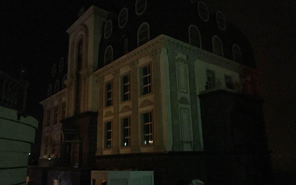 Особняк Renaissance Elite Apartmets рядом с горящим домом. / © ТСН.ua