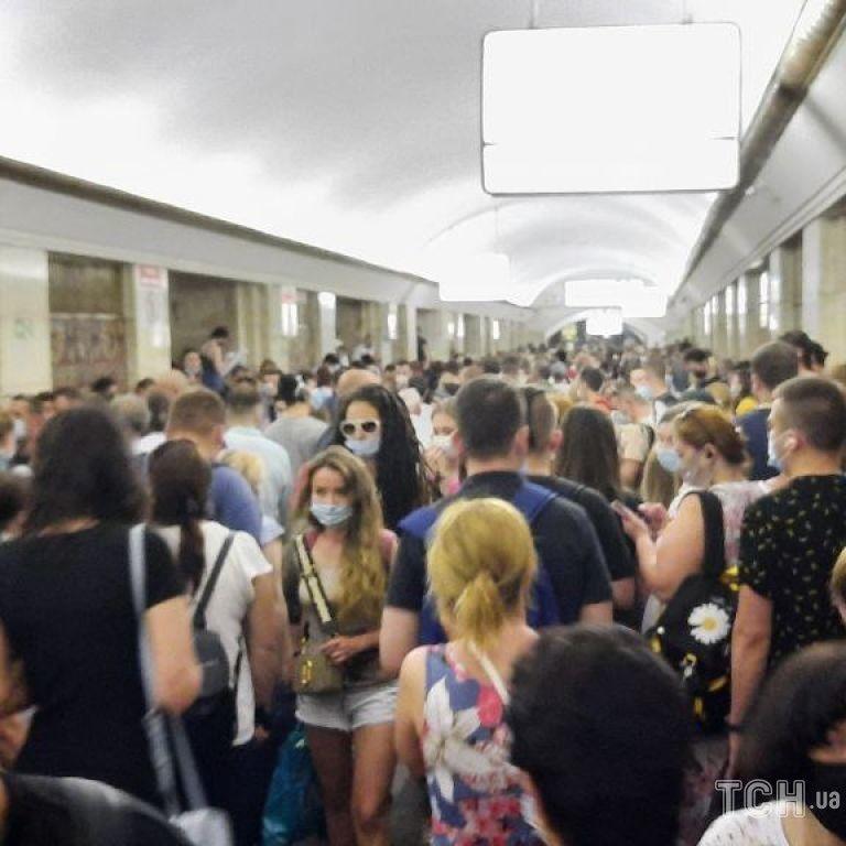 Синя гілка київського метро відновила роботу після падіння пасажира на колії