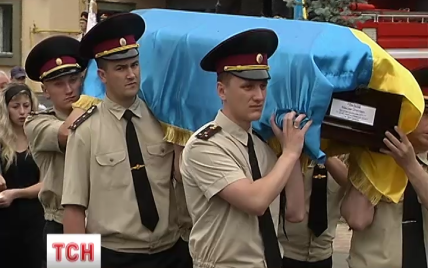 В Киеве под звуки сирен прощались с погибшими на васильковской нефтебазе пожарными