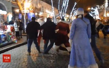 В Одесі посеред Дерибасівської побилися Діди Морози