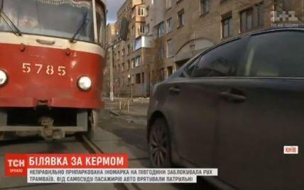Білявка на Lexus заблокувала рух трамваїв у центрі столиці