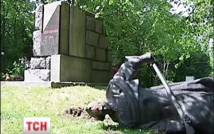 В Киеве за одну ночь неизвестные повалили три памятника советским деятелям