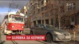 """У Києві """"Лексус"""" жінки заблокував рух для десятка трамваїв"""