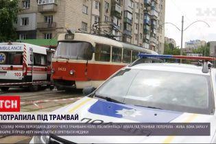 Новини України: київські лікарі рятують жінку, яка потрапила під колеса трамвая