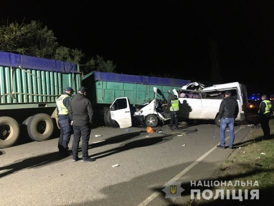 Четыре человека погибли в ДТП с микроавтобусом и двумя грузовиками в Николаевской области: фото