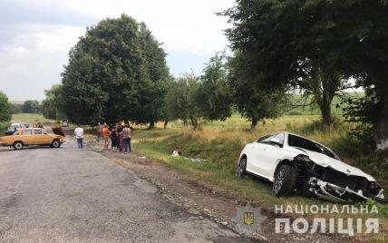 Під Вінницею авто після зіткнення з іншим влетіло в пішоходів на узбіччі: є загиблі