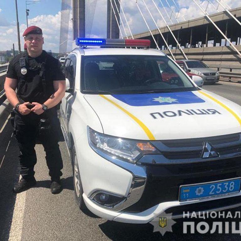 В Киеве пока полиция на мосту спасала одного самоубийцу, другой прыгнул в Днепр