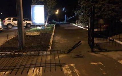 В Сумах пьяный водитель протаранил забор отдела полиции