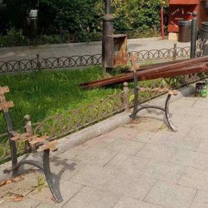 В Одесі вандали ламають лавки, знищують дерева і викопують квіти
